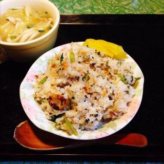 小松菜と干しえびのチャーハン、スープ。