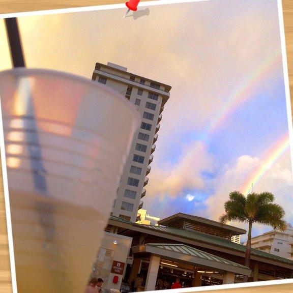 ホテル主催のレセプションで、お酒とソフトドリンクがフリー(*☻-☻*) 今日はLIVEも聴きながら、夕方のひと時をまったりと*\(^o^)/* と、見上げたらrainbowがダブルで♡