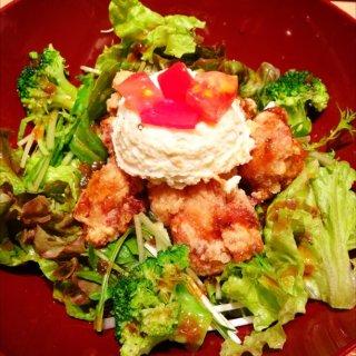 鶏の竜田揚げとたっぷり野菜のねぎソース定食。