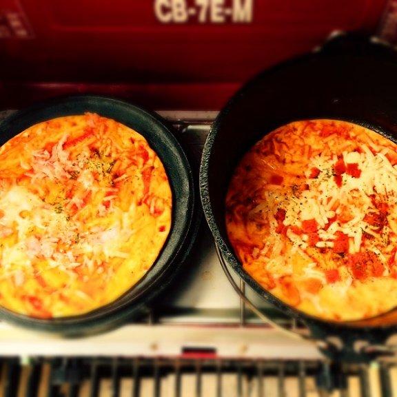 ダッチオーブンでピザを焼く。絶品すぎるレシピに夢中になっちゃう♡
