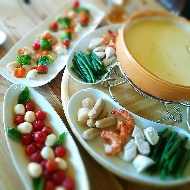 『チーズフォンデュ』の具は何を入れる?定番から変わり種までおすすめ具材リスト
