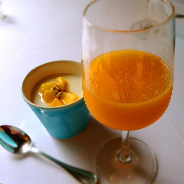 搾りたてオレンジジュースとヨーグルト