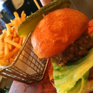 沖縄といえばハンバーガー! BBQブルーチーズ。 パンズは柔らかく、パテは肉汁と香ばしさの塊でぺろり。ポテトも美味しかったー