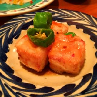 ジーマミー豆腐の揚げ出し。 牛乳の天ぷら、みたいな。和風クリームコロッケというか、めっちゃ好き、これめっちゃ好き。