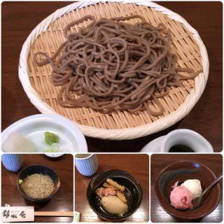 美味しい日本酒ができる蔵元隣の蕎麦は間違いなかった。 蕎麦コース1500円。 蕎麦の実の雑炊、かしわごぼう天と蕎麦がき、田舎蕎麦、デザート。 田舎蕎麦の噛み応えと香りの良さよ。