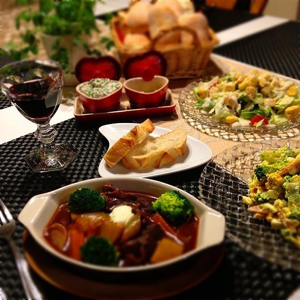 ビーフシチュー・ブロッコリー&ハムのミモザサラダ・シーザーサラダ・メゾンカイザーのアサス&ホームのぱん・カニカマディップおまたせ〜♬さぁ食べよ\u203c︎